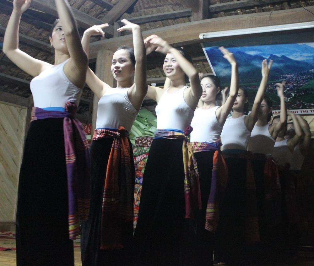 Hoa Lu - Tam Coc - Cuc Phuong - Mai Chau Adventure 4days